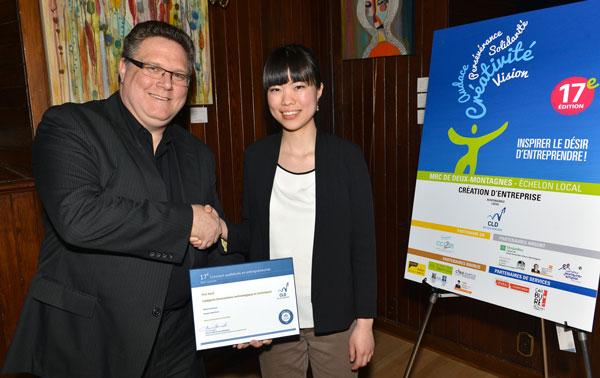 Sur cette photo, M. Mario Lamoureux reçoit le prix de Mme Laurin Liu députée fédéral et porte-parole adjoint en matière de sciences et technologie au Parlement du Canada.