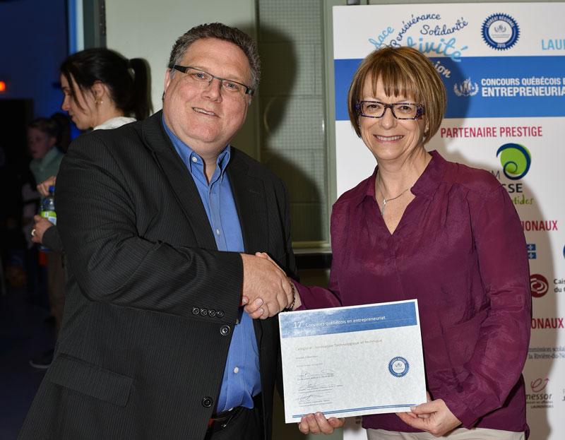 Sur cette photo, M. Mario Lamoureux reçoit le prix de Mme France Gamache, commissaire au développement économique.